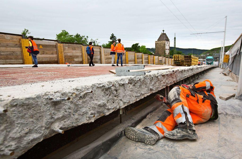 Knochenarbeit auf der Vogelsangbrücke. ein Bauarbeiter hämmert   die Moniereisen des Stahlbetons frei. Foto: