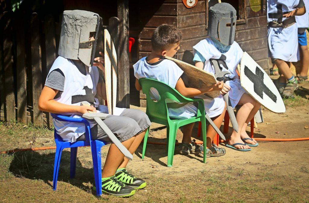 Auf dem Bietigheimer Robinsonspielplatz rüsten sich die Kids mit Schwertern, Schild und Helmen aus. Foto: factum/Granville