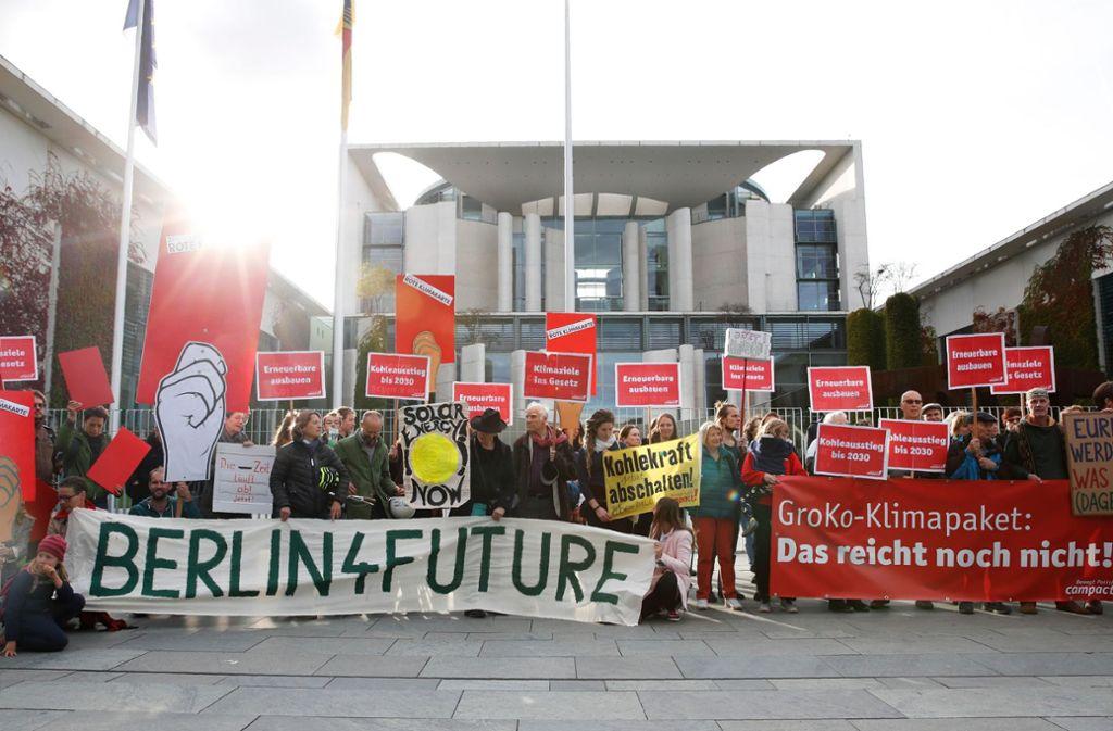 Demonstranten begleiteten die Verhandlungen der Großen Koalition in Berlin über eine Bepreisung von CO2. Foto: AFP/AXEL SCHMIDT