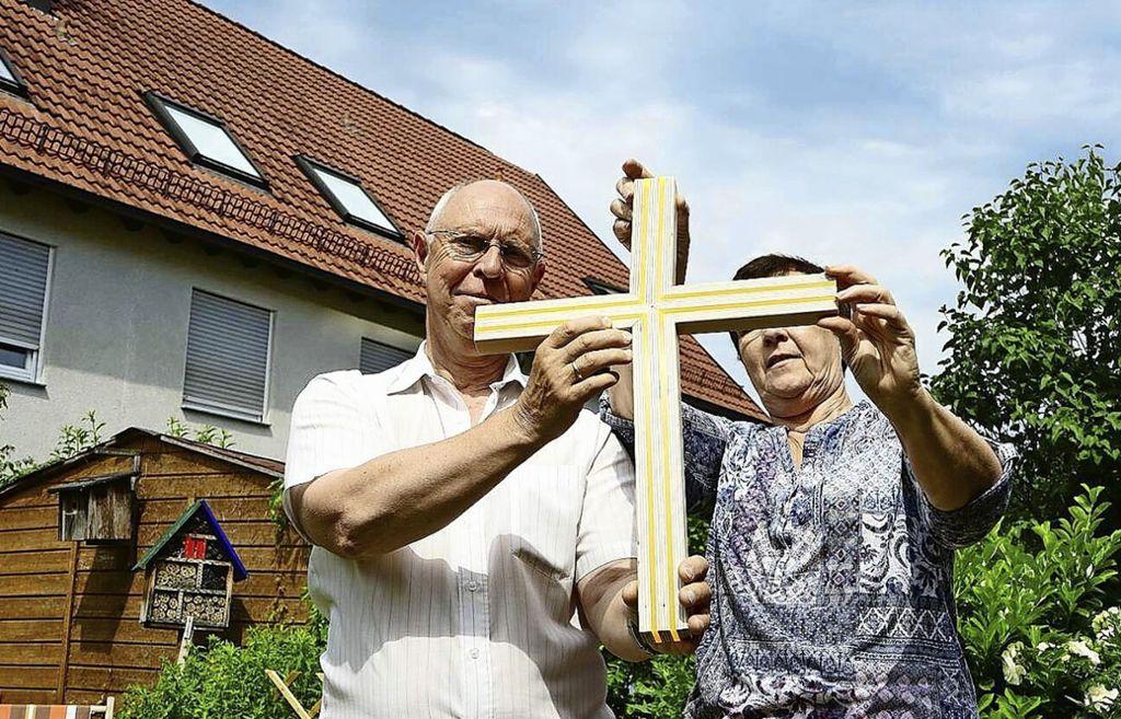 Karl Maderthaner und seine Frau haben ein Kreuz für die Fronleichnamsprozession konzipiert und gebaut. Foto: Katholische Kirche (z)