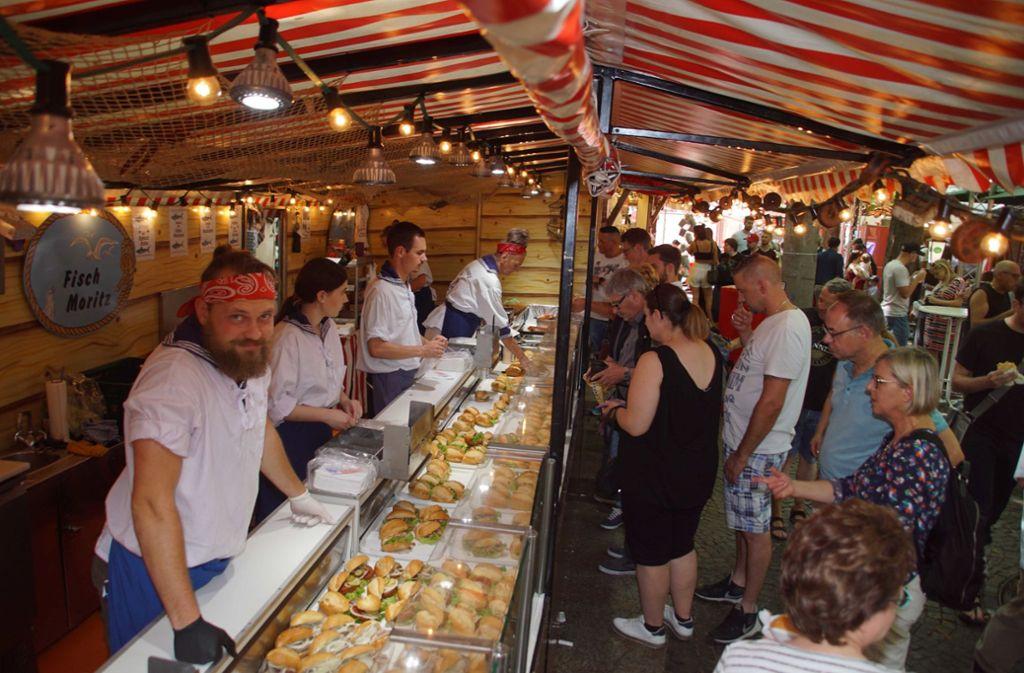 Andrang auf die Fischbrötchen Foto: Fotoagentur-Stuttgart