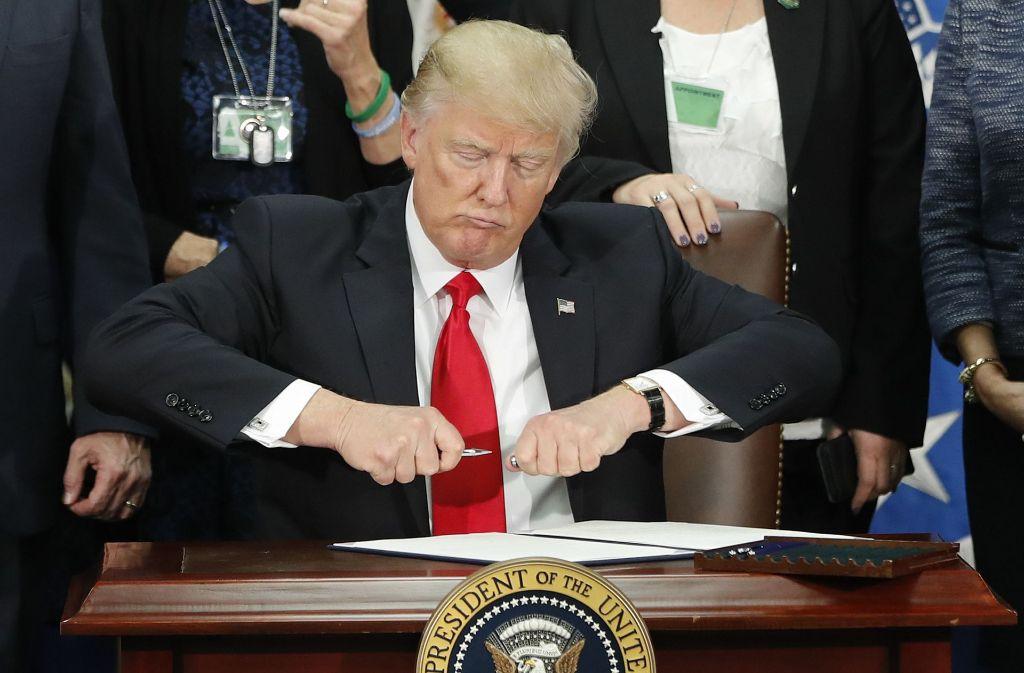 Donald Trump bei der Unterzeichnung des Dekrets. Foto: AP