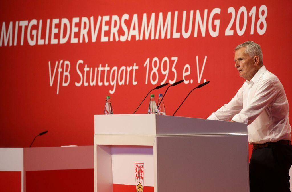 Präsident Wolfgang Dietrich vom VfB Stuttgart bekommt viel Applaus. Foto: Baumann