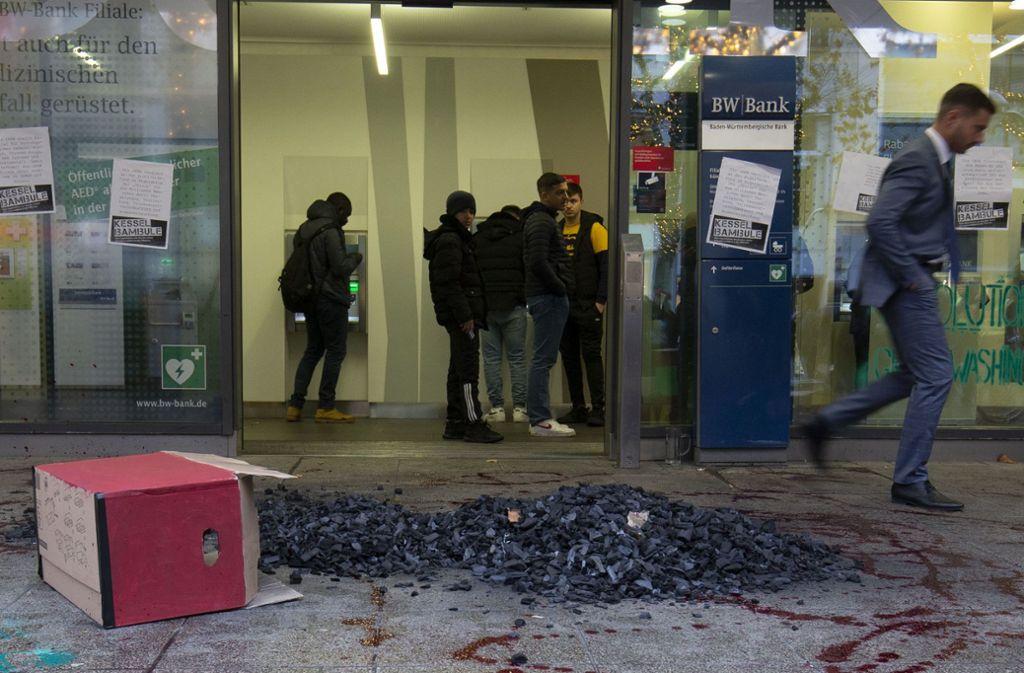 Vor dem Eingang der BW-Bank in der Königstraße schüttete Kesselbambule eine Haufen Kohle ab. Foto: Leif Piechowski/Leif Piechowski