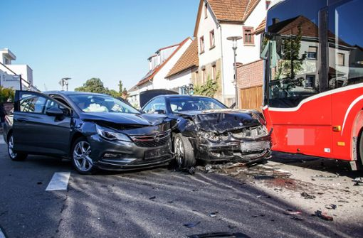 Vorfahrt missachtet – Opel schiebt Mercedes auf Linienbus