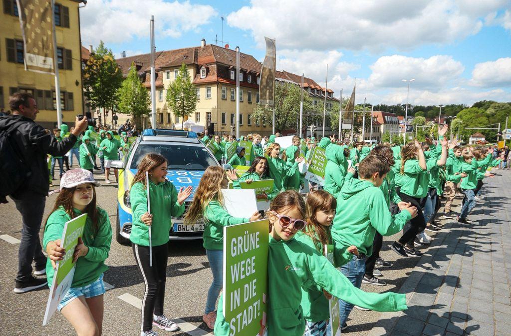 Fußgänger auf der B 27? Das wird die Ausnahme bleiben, wie hier beim Flashmob für den Besuch der Landesgartenschau-Jury  im April 2018. Foto: factum//Simon Granville