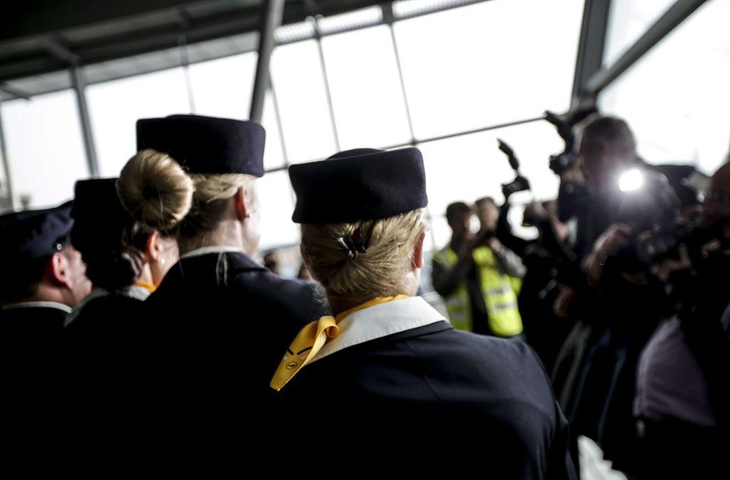 Medienvertreter fotografieren die frisch gelandete Lufthansa-Crew des neu getauften Airbus. Foto: Lichtgut/Leif Piechowski