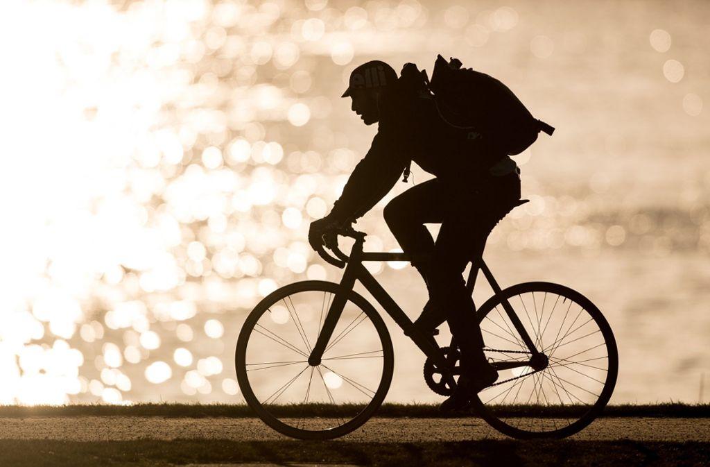 Fahrradfahren kann so schön sein. Aber auch für Radfahrer gibt es einige Regeln im Straßenverkehr. Foto: dpa