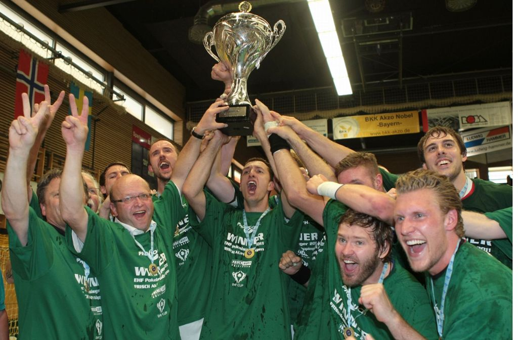 Der erste Europapokaltitel nach 49 Jahren: Frisch Auf Göppingen triumphiert 2011 in Elsenfeld über den TV Großwallstadt im EHF-Cup und feiert ausgelassen. Foto: Baumann