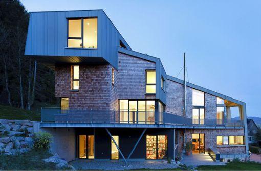 Schindeln treffen auf Beton: Das Haus am Wald