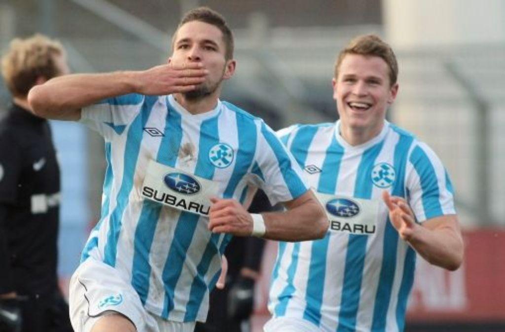Stuttgarter-Kickers-Stürmer Marco Grüttner (links, mit Tobias Rühle) jubelt über seinen Treffer zum 1:0 gegen Hansa Rostock. Foto: Pressefoto Baumann