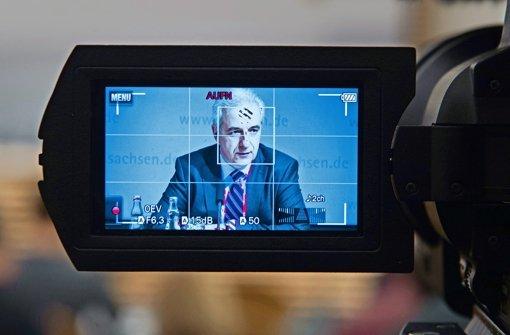 Auf einer Pressekonferenz in Dresden verteidigte sich Stanislaw Tillich gegen Kritik. Foto: dpa