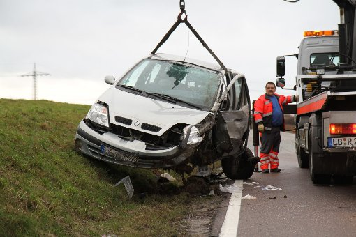 Renault kracht frontal in Lastwagen