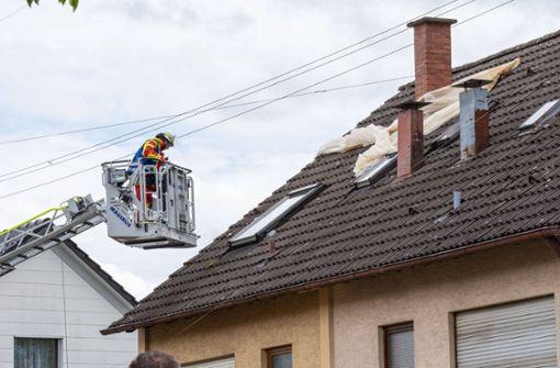 Plane weht aufs Hausdach
