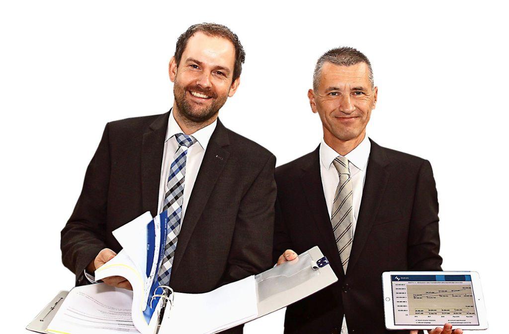 Landrat Rosenau und Finanzdezernent Stephan stellen den Haushalt vor. Foto: /Kollros