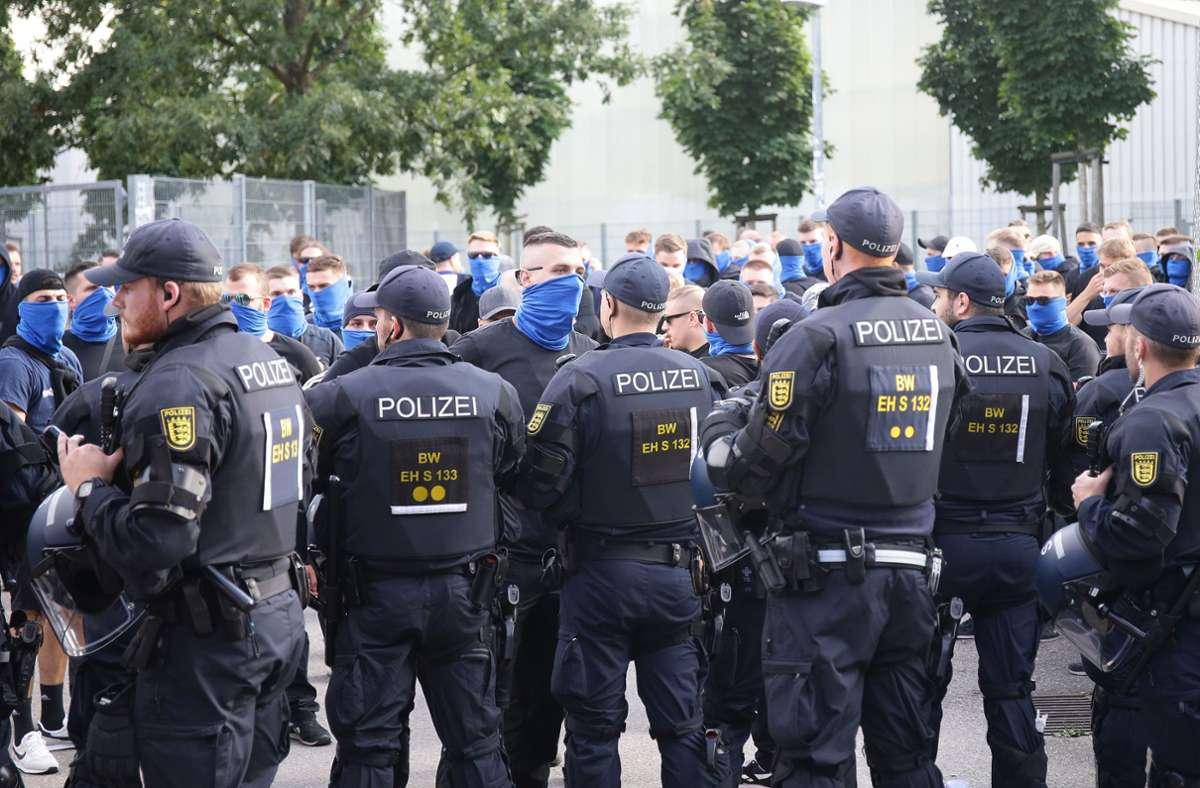 Die Polizei war mit einem großen Aufgebot beim Kickers-Spiel auf der Waldau. Klicken Sie sich durch: In unserer Fotostrecke zeigen wir Eindrücke des Spiels. Foto: Pressefoto Baumann/Hansjürgen Britsch