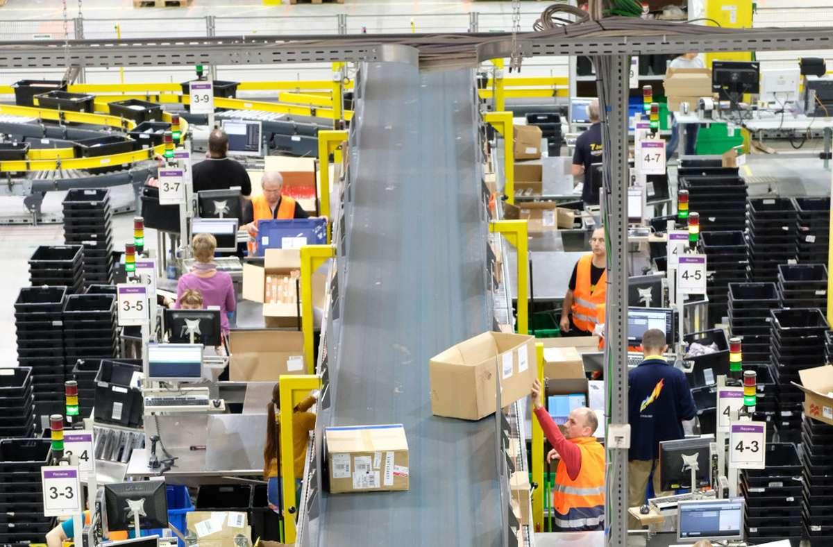 Der Onlinehandel boomt. Hier ein Blick in eine Versandhalle von Amazon, dem umsatzstärksten  Onlinehändler Deutschland. Foto: dpa/Sebastian Willnow