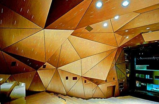 Nicht wiederzuerkennen: eine prismatisch gefaltete Raumschale  prägt jetzt den Zuschauerraum des Staatstheaters. Foto: Brigida Gonzalez