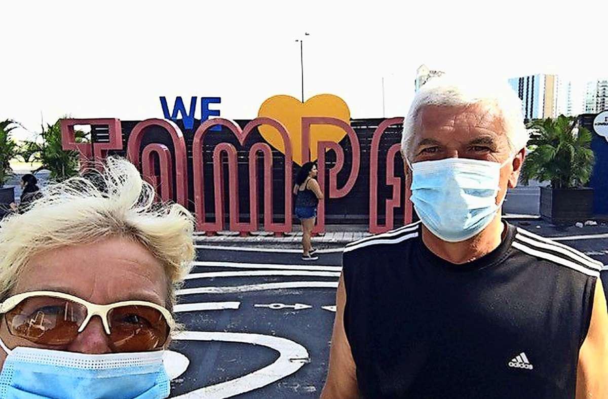 Der Mundschutz ist in den USA derzeit ein wichtiges Utensil: Silke und Ulrich Lechler am Hafen in Tampa, Florida. Foto: privat