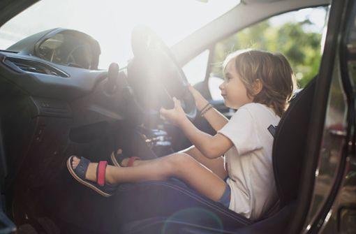 Dreijähriger setzt Auto in Bewegung