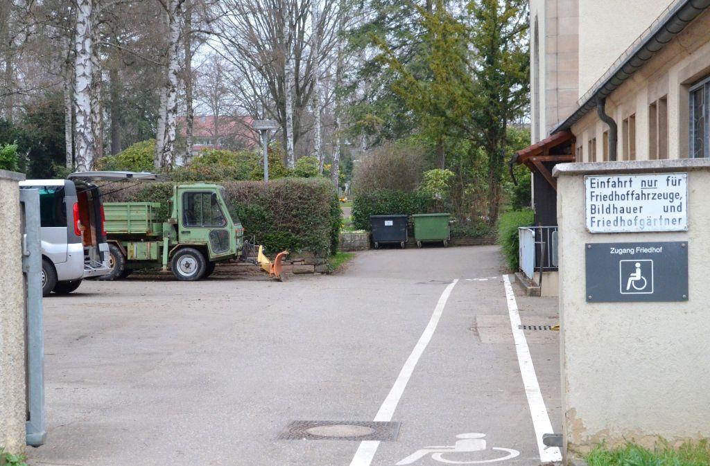 Bislang müssen gehbehinderte Menschen den Hintereingang benutzen, um auf den Alten Friedhof an der Holzhauser Straße zu gelangen. Foto: Sandra Hintermayr