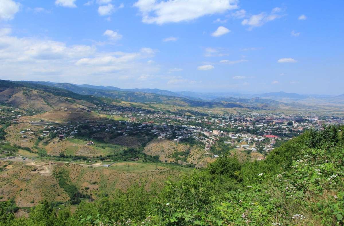 Behörden melden, dass die Hauptstadt Stepanakert angegriffen wurde. (Archivbild) Foto: dpa/Thomas Koerbel