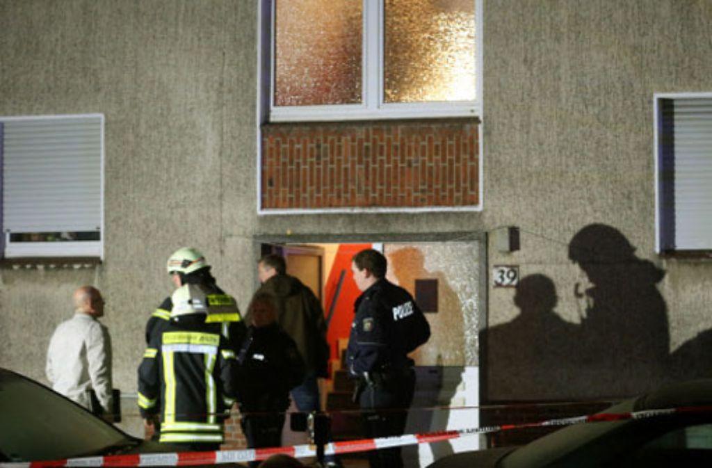 Beamte suchen in dem Mehrfamilienhaus nach Spuren. Foto: dpa