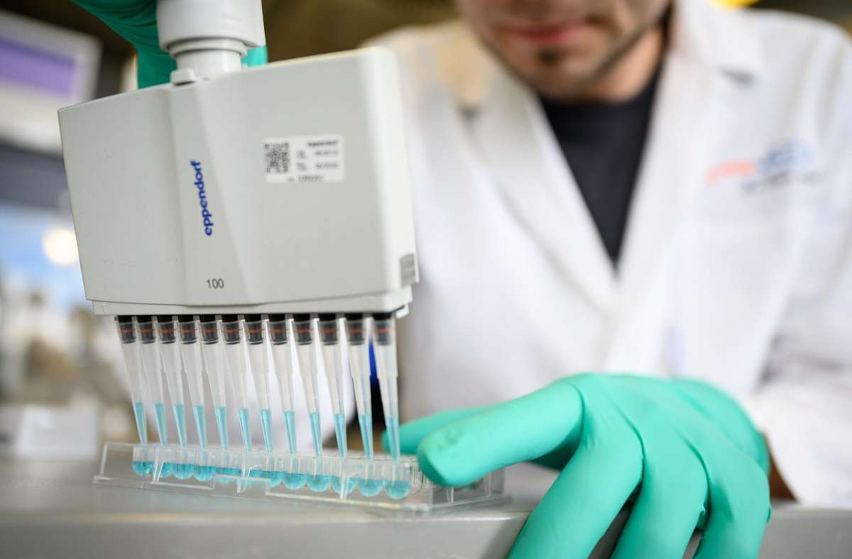 Schon zuvor hatten die Unternehmen bekannt gegeben, dass die Impfung einen 95-prozentigen Schutz vor der Krankheit Covid-19 biete. (Archivbild) Foto: dpa/Sebastian Gollnow