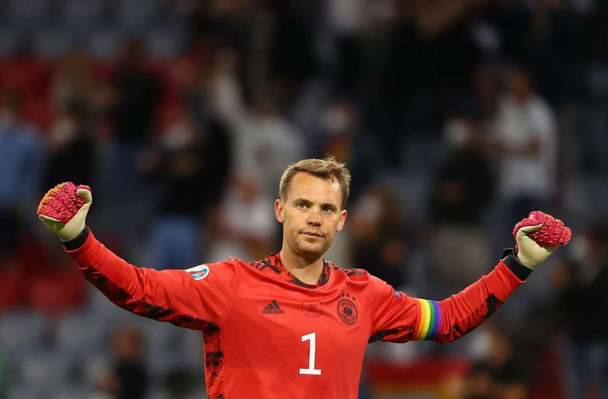 DFB-Kapitän Manuel Neuer läuft mit Regenbogen-Binde auf. Foto: AFP/KAI PFAFFENBACH