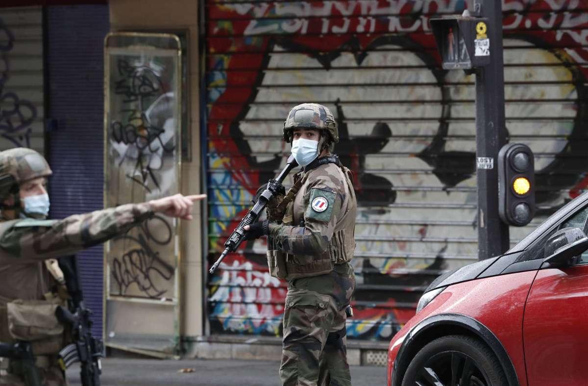 Polizisten patrouillieren an einer Straße nach einer Messerattacke in Paris Foto: dpa/Thibault Camus