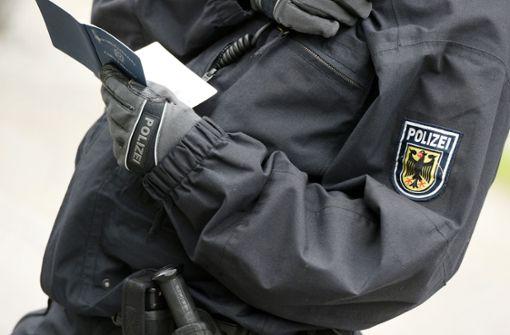 Zwei Polizisten nutzen in schwarz scofflaw