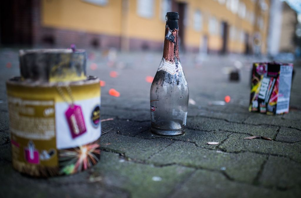 Flaschen, Raketenreste und anderer Abfall   – zu Silvester entstehen regelrechte Müll-Hotspots in den Städten. Foto: dpa/Sophia Kembowski