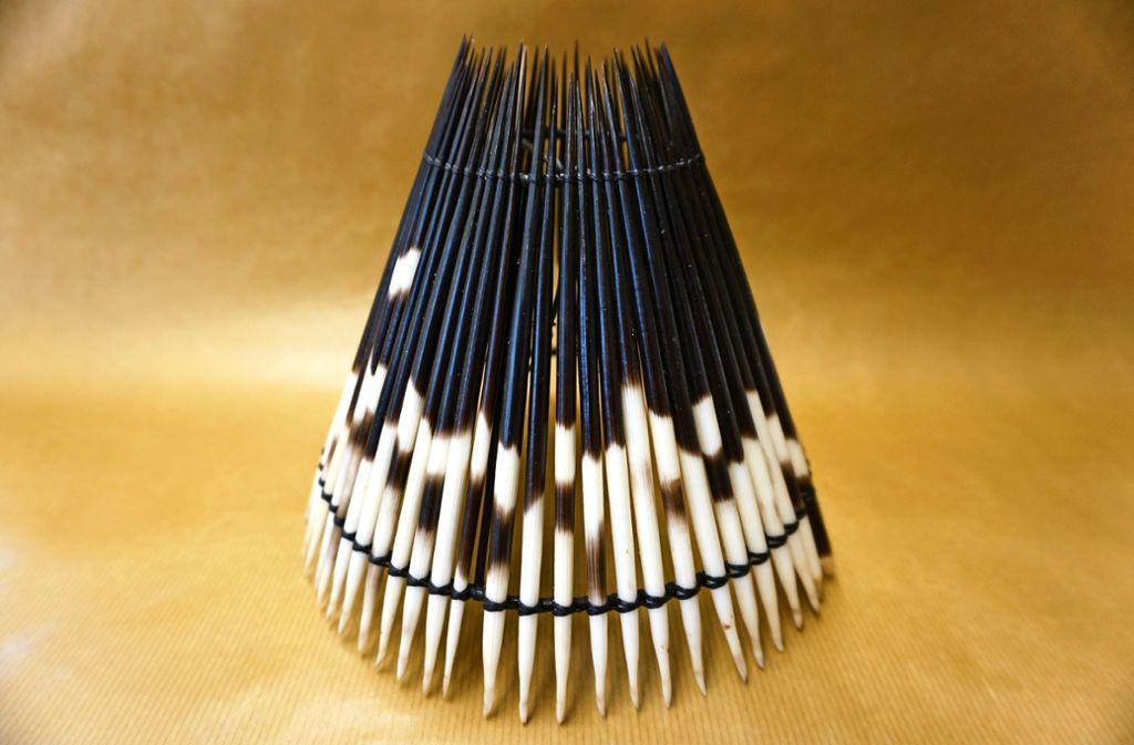 So sieht der extravagente Lampenschirm aus Stachelschwein-Borsten aus. Foto: Zollamt Ludwigsburg