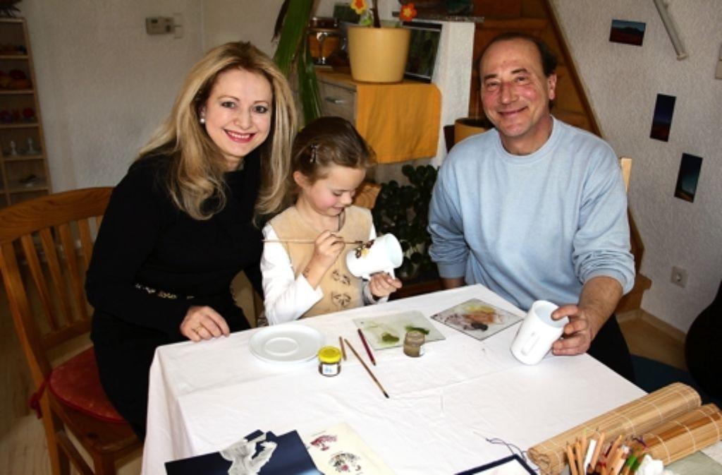 Marianna malt fleißig, Maria Prinzessin von Sachsen-Altenburg und Künstler Stefan Scholpp freuen sich mit der Siebenjährigen. Foto: Bernd Zeyer
