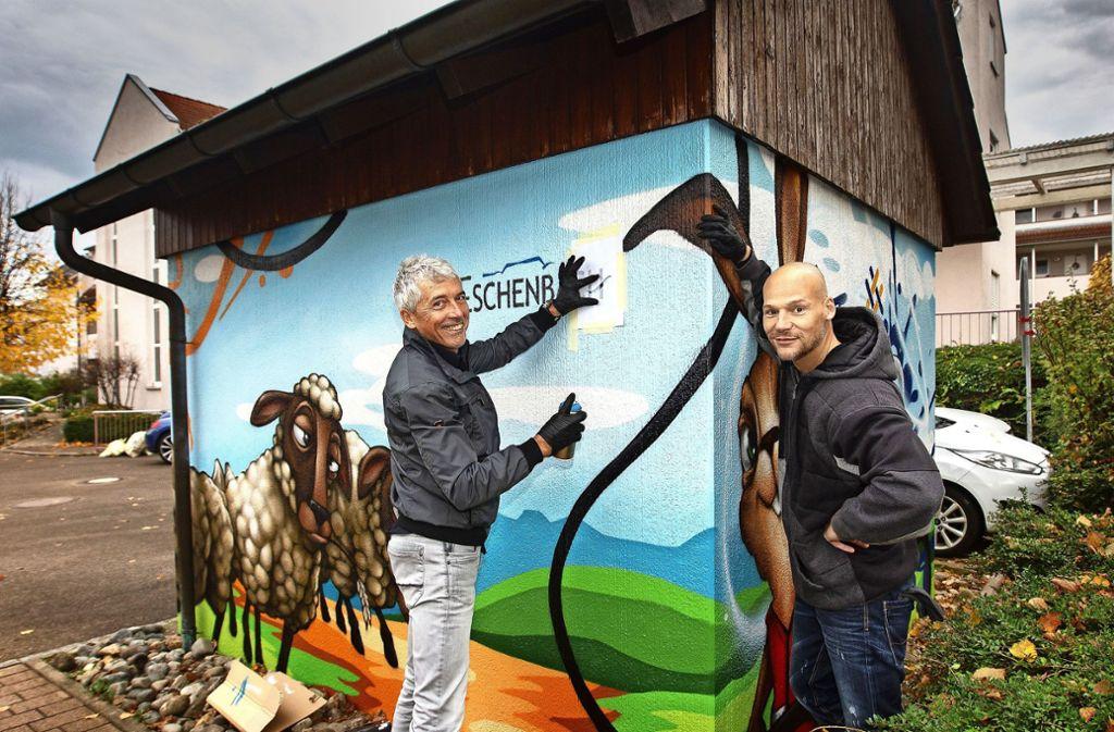 Auch Bürgermeister Thomas Schubert (links) legt am Werk von Reinald Pehla  Hand an. Foto: /Ines Rudel