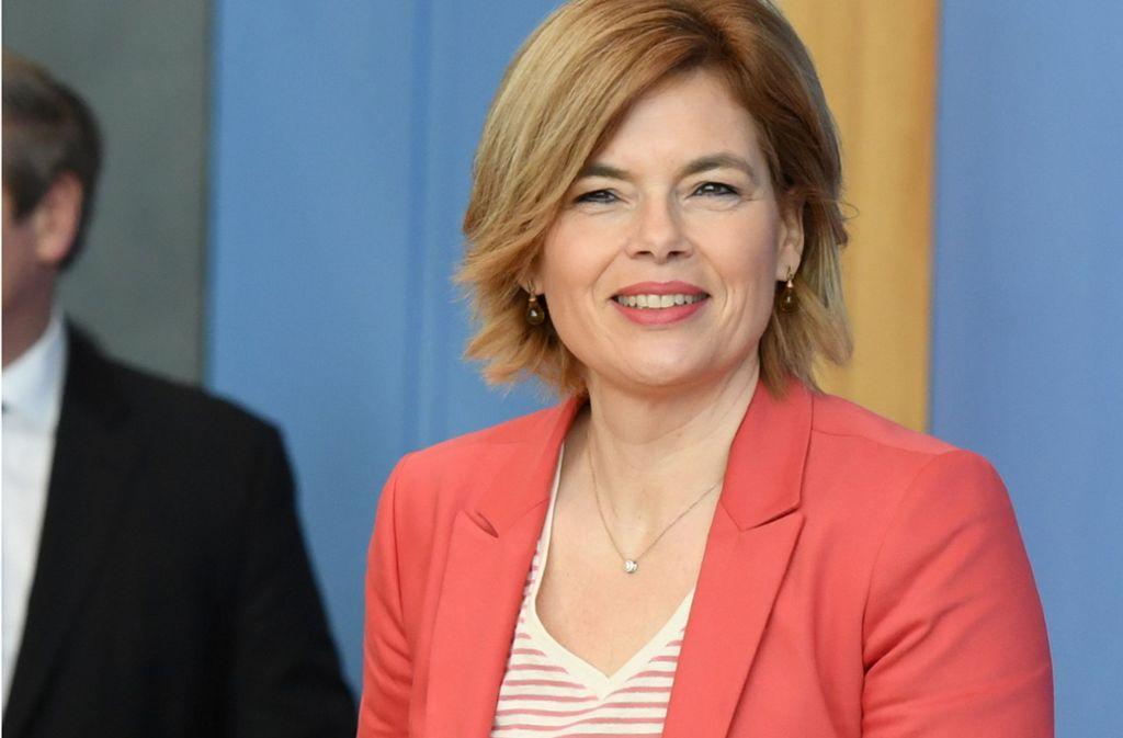 Die Bundeslandwirtschaftsministerin Julia Klöckner trägt auch in Krisenzeiten gern Rot. Oder gerade wegen der Krise? Foto: AFP/ANNEGRET HILSE