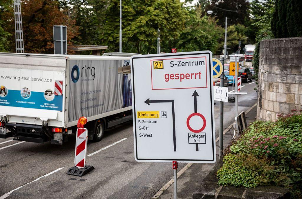 Obwohl die Umleitung ausgeschildert ist, probieren viele Autofahrer ihr Glück und fahren weiter geradeaus bis zur Baustellenabsperrung. Foto: Lichtgut/Julian Rettig