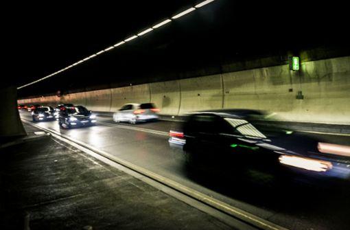 Lkw verliert Teer – Heslacher Tunnel teilweise gesperrt
