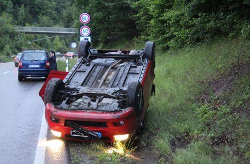 Fahrerin kommt von regennasser Fahrbahn ab – Auto überschlägt sich