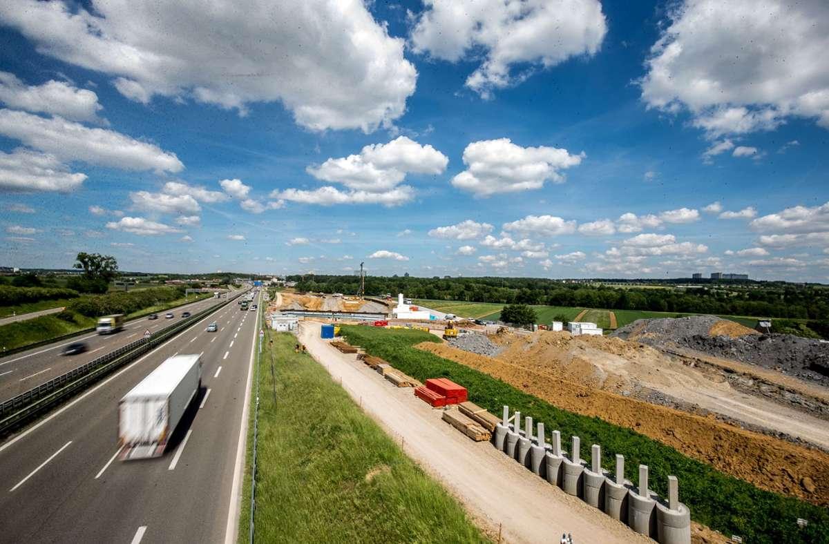 Entlang der A8 laufen die Vorbereitungen für den Schienenbau zum Flughafen und weiter nach Ulm. Für den Anschluss der Gäubahn an den Airport gibt es jetzt neue Überlegungen. Foto: Lichtgut/Leif Piechowski