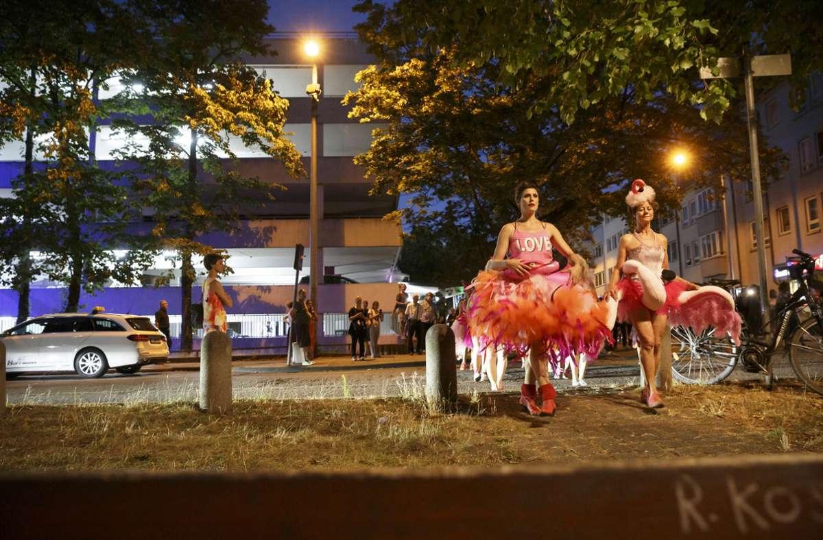 Performance der unbeschreiblich weiblichen Flamingos vor dem neuen Kulturkiosk des Züblin-Parkhauses. Foto: Lichtgut/Julian Rettig
