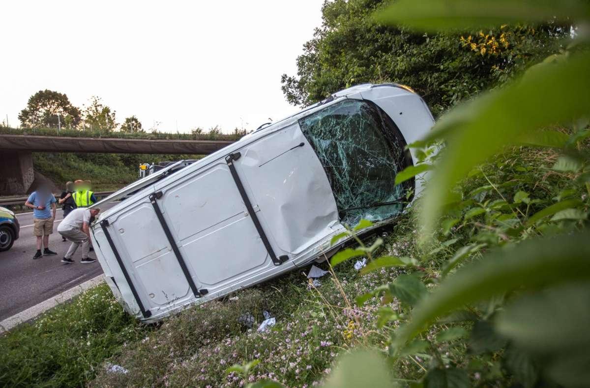 Bei Waiblingen ist am Sonntagabend ein Kleintransporter von der B14 abgekommen und in die Böschung gekracht. Foto: 7aktuell.de/Simon Adomat