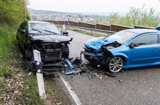 Auto gerät in Gegenverkehr - drei Schwerverletzte