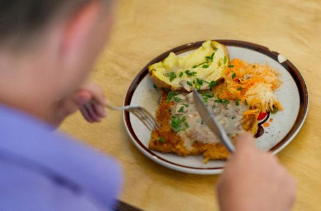 Viele Bundesbürger, vor allem Männer, essen mehr Fleisch als empfohlen. Die Grünen wollen einen vegetarischen Tag pro Woche. Die Regierung hält dagegen: Fleisch gehöre zum Essen dazu. Foto: dpa