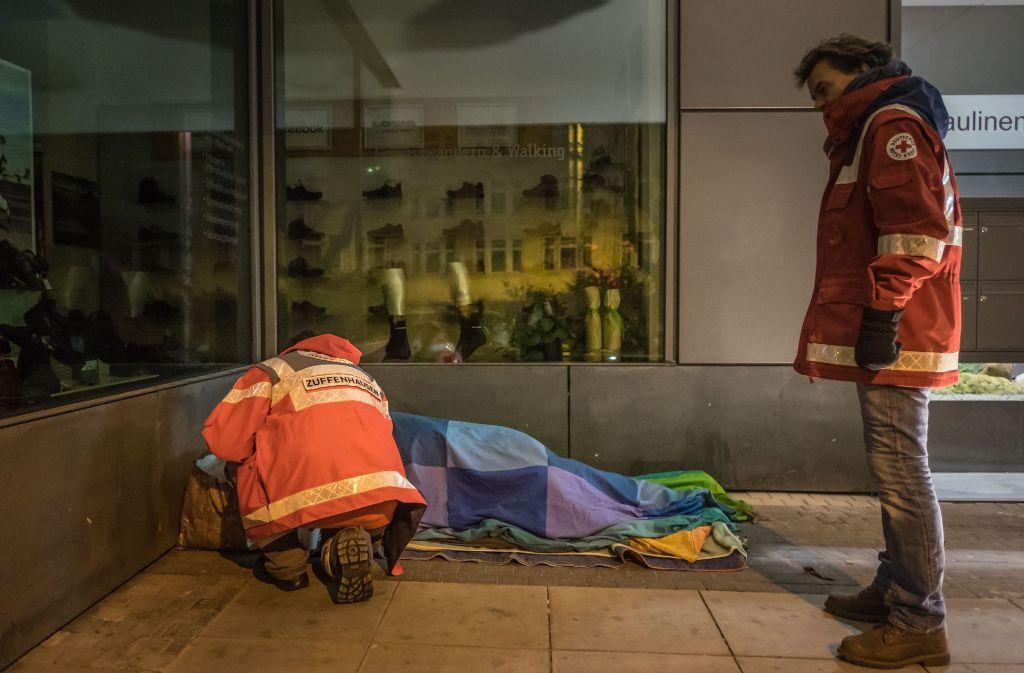 Mitarbeiter des DRK kümmern sich ehrenamtlich mit dem Kältebus um die Obdachlosen in Stuttgart. Foto: Lichtgut/Max Kovalenko