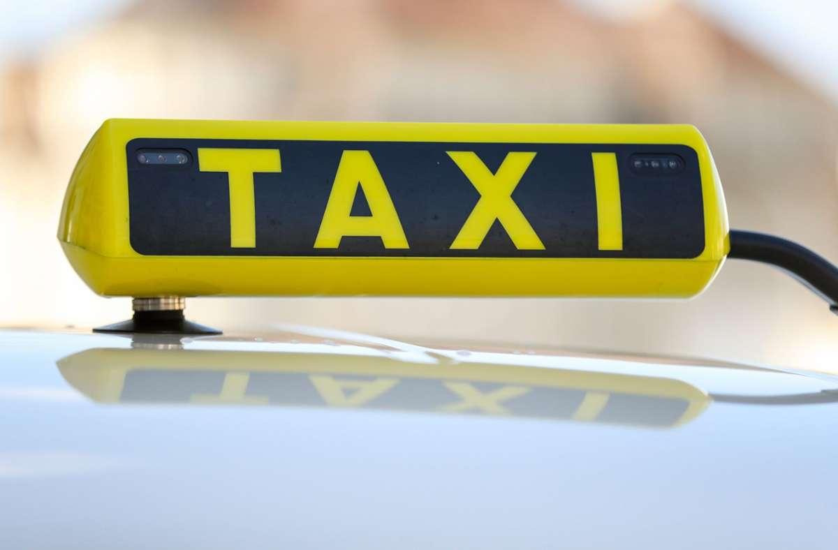 Der Taxifahrer wurde mit einem Messer bedroht. (Symbolbild) Foto: dpa/Jan Woitas