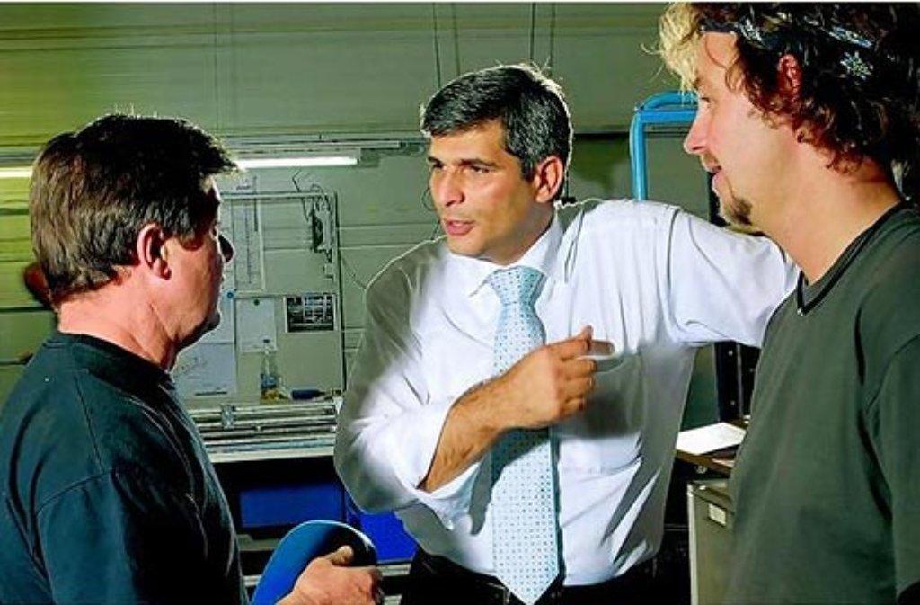 Deniz Cevikalp (Mitte) im Gespräch mit Konstrukteuren. Der Chef der PKM Packaging GmbH begann seine berufliche Laufbahn als Schlosser, bildete sich weiter und schaffte es zum Unternehmensführer. Foto: PKM