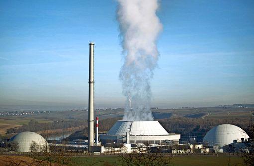 Aktivisten demonstrieren gegen Atomkraftwerk in Heilbronn