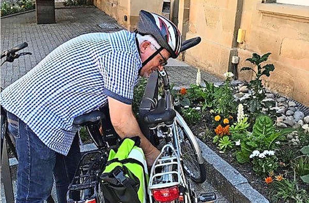 Der Herrenberger Amtsbote steigt genervt aufs Fahrrad um. Foto: Stadt Herrenberg/Stadt Herrenberg