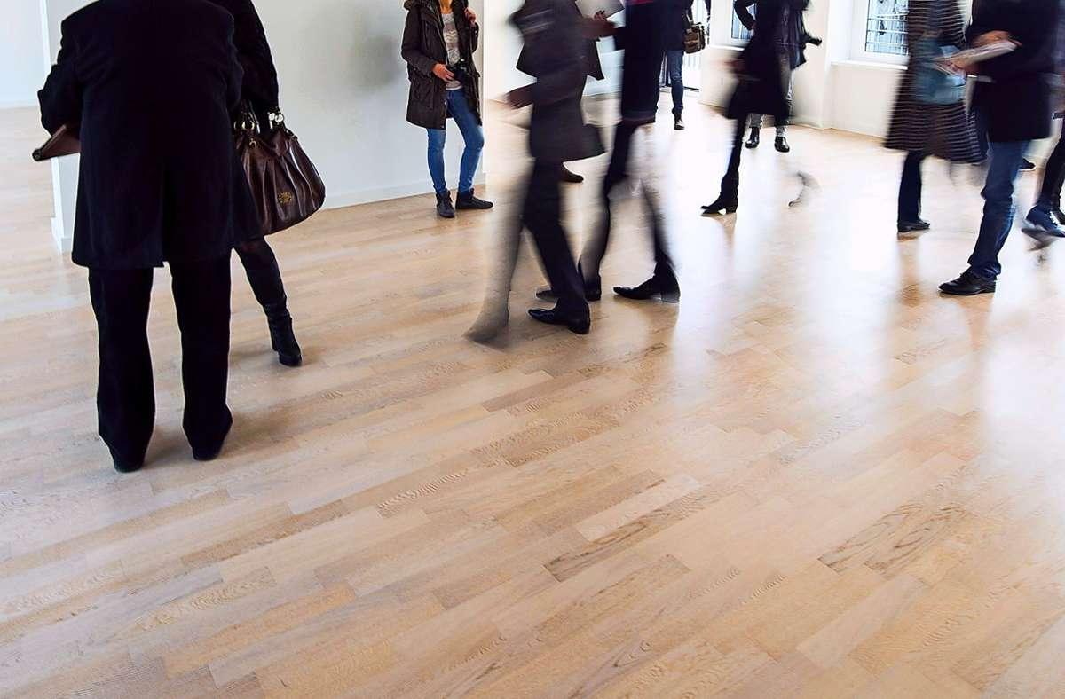 Szene bei einer Wohnungsbesichtigung: Wer auf den Fildern  bezahlbaren Wohnraum anbietet, muss sich um Interessenten keine Sorgen machen Foto: dpa/Lukas Schulze